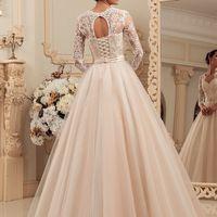 Свадебное платье LEIA  Цвет в наличии: Капучино - Молочный  Плиф отделан молочным кружевом шантильи с кордом, длинный рукав также отделан кружевом, на спинке красивый вырез и корсетное плетение. Фатиновая пышная юбка и атласный пояс.  Примерки проходят по