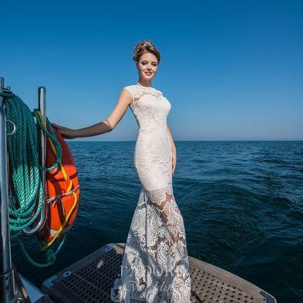 Свадебное платье с мерцающим кружевом