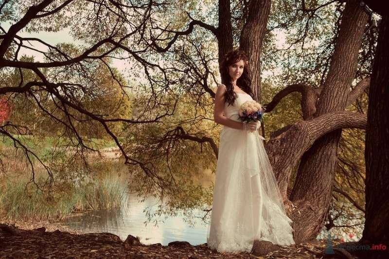 Невеста в белом длинном платье стоит в лесу у озера - фото 47510 Annuta