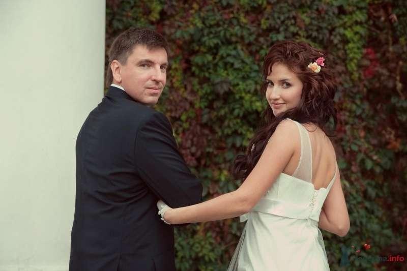 Жених и невеста, взявшись за руки,  стоят на фоне зелени - фото 47518 Annuta