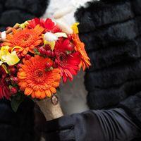 Оранжевый букет невесты из орхидей и гербер