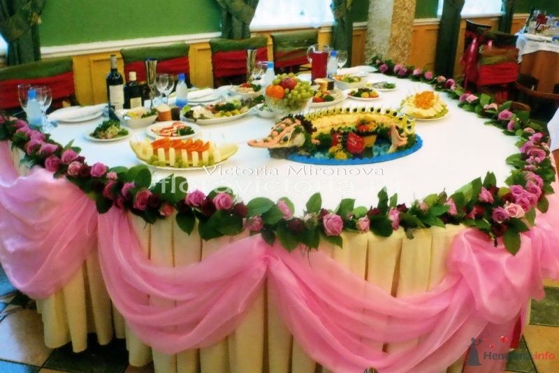 Свадебное украшение стола тканью и цветами