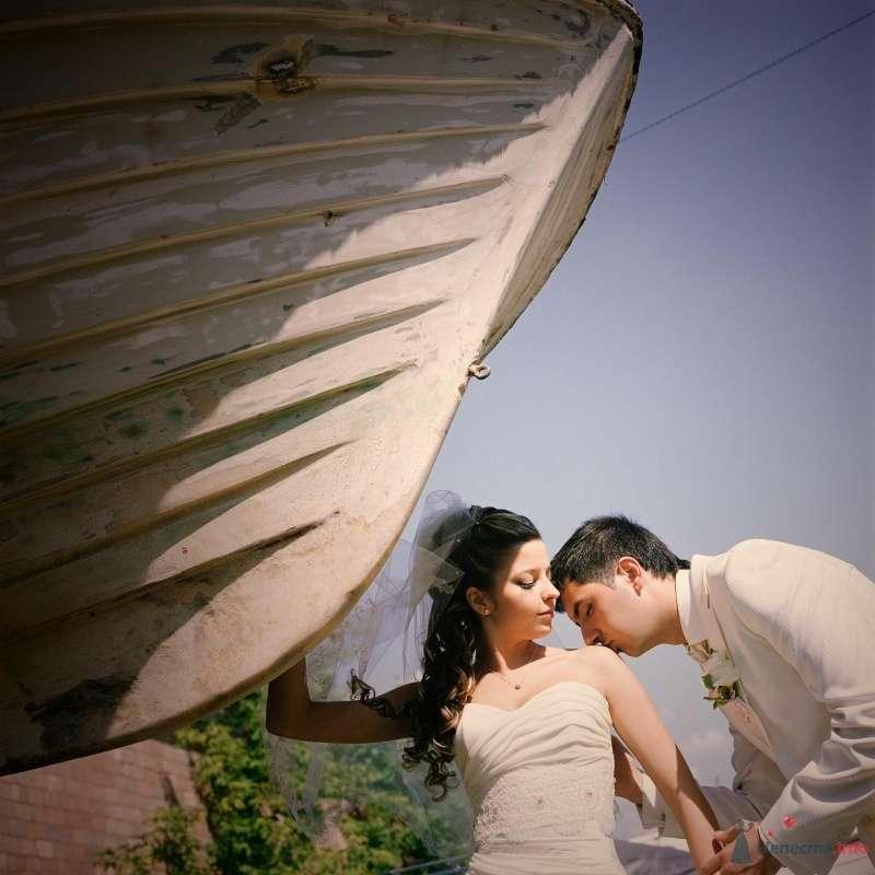 Жених целует невесту возле лодки - фото 52980 AngeLady