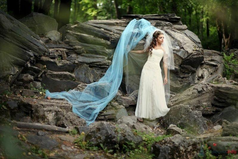 Фотосессия невесты на природе, на фоне серых камней и голубой фаты - фото 53000 AngeLady