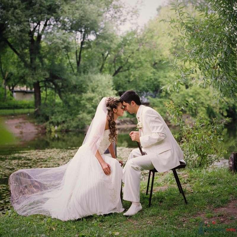 Жених и невеста сидят, прислонившись друг к другу, на стульях в лесу - фото 53021 AngeLady