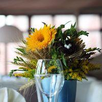 оформление столов гостей. основной цвет - желтый. в качестве деталей использованы фигурки птичек и декоративные гнездышки