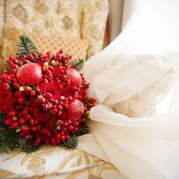 букет для периода осень-зима. воскированые яблоки, розы, гиперикум.