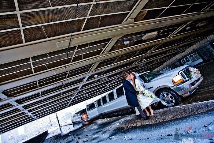 Белый Лимузин на фоне недостроенного здания, рядом с молодоженами. - фото 43787 Невеста01