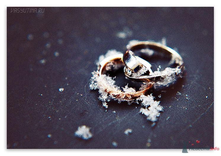Обручальные кольца из желтого золота. Кольцо невесты, украшено большим драгоценным камнем, покрытые снежинками. - фото 71837 Фотограф Таня Якуб