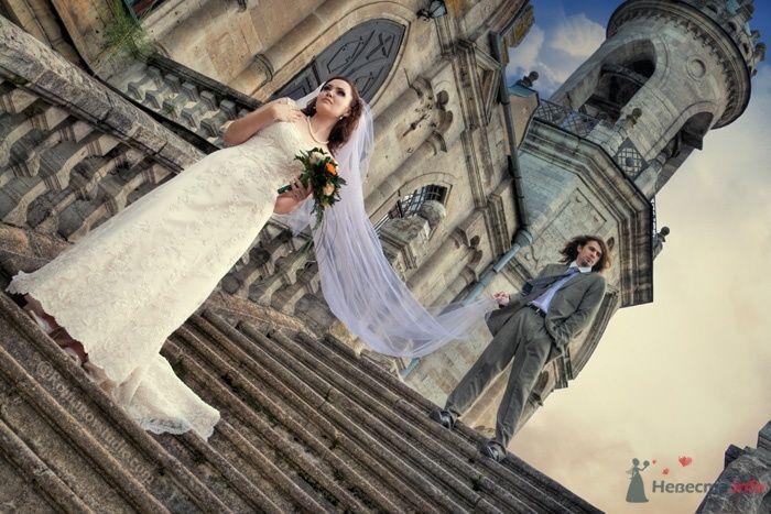 Жених и невеста спускаются по лестнице на фоне здания - фото 39513 Невеста01