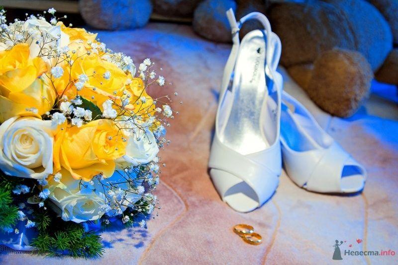 Белые босоножки с открытым носиком и пяткой, и букет невесты из белой