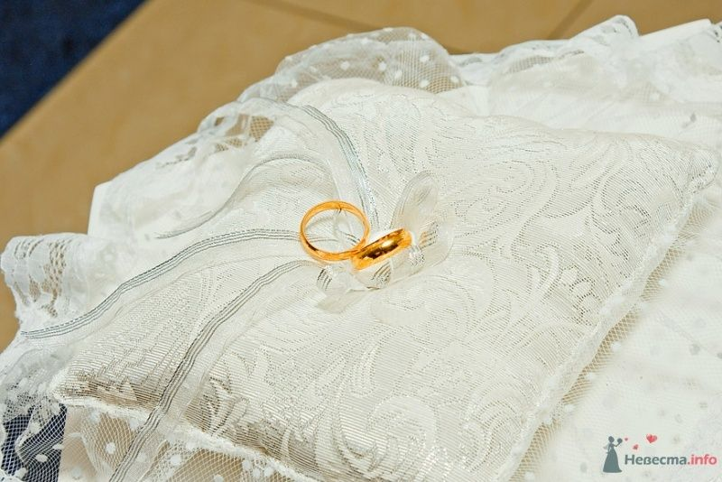 Белая подушечка из жаккарда украшена лентами и обшита кружевным рюшем - фото 38277 anyuta-ma