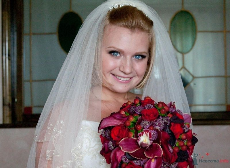 Букет невесты из бордовых орхидей, фиолетовых астранций, красного