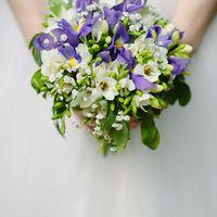 Букет невесты из голубых ирисов и белых фрезий