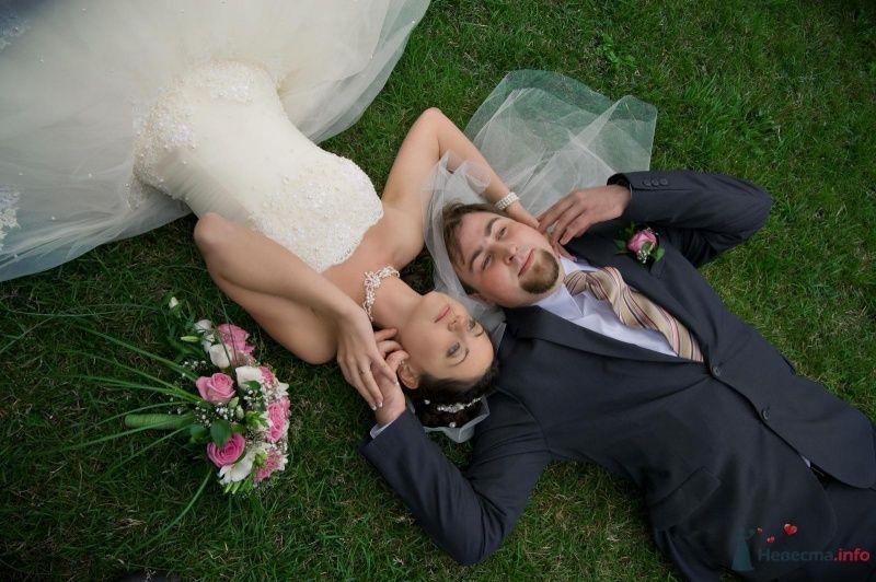 Жених и невеста лежат на лужайке, прислонившись друг к другу - фото 43133 ChipKA