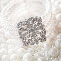 Свадебное украшение для невесты - широкий браслет из белых жемчужных бусин и металлической вставкой в кристаллах.