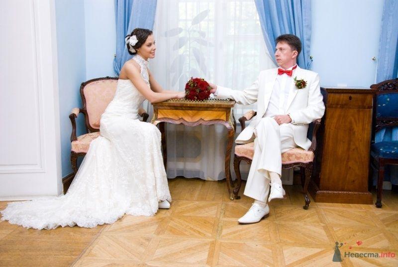 Жених и невеста сидят за столиком у окна и держатся за руки - фото 48773 katsonya