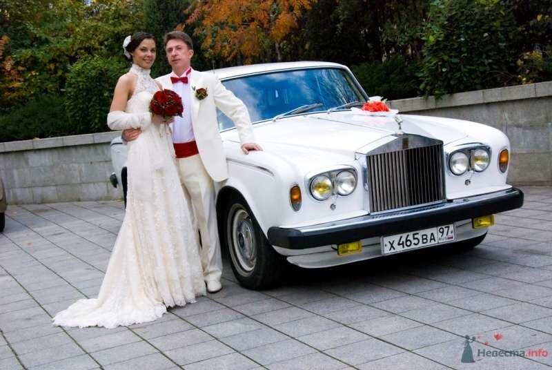 """Белый """"Rolls-Royce"""", украшенный красной экибаной, на фоне осеннего парка с милыми молодоженами. - фото 48775 katsonya"""