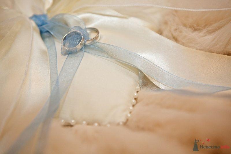 Обручальные кольца из белого золота на подушечке для колец. - фото 50983 iraidushka