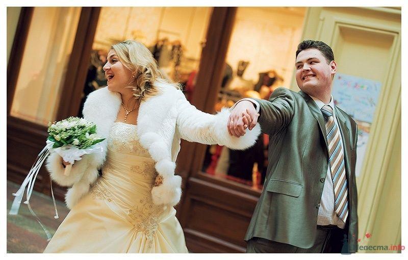 Жених и невеста, взявшись за руки, стоят посреди банкетного зала - фото 39858 Gennadiy