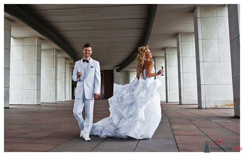 Белый костюм жениха с белой рубашкой, черной бабочкой и с черным - фото 39865 Gennadiy
