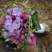 Букет невесті из гортензий, калл, фрезий и тюльпанов в сиреневых тонах
