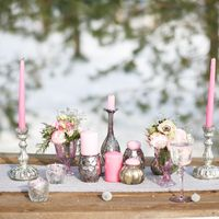 Оформление зимней свадебной фотосессии в серых и розовых тонах.