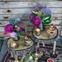 Оформление фотосессии лавстори в стиле бохо с яркими цветами и спилами.