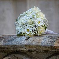 Букет невесты из белых роз, ромашек и гипсофилы