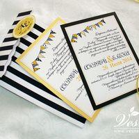 Приглашения «Полоска» Конверт выполнен из дизайнерской бумаги в черно-белую полоску. Карточка-вкладка выполнена из двух видов бумаги, с изображением  декора под стиль свадьбы. Текст приглашения отпечатан на вкладке. Декор: атласная ленточка, бирка.