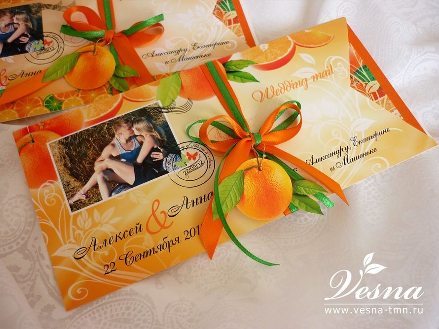 Приглашения «Апельсиновая свадьба» Конверт выполнен из тонкой бумаги. На конверте напечатаны рисунок в стиль свадьбы имена молодоженов и дата свадьбы.  Карточка-вкладка выполнена из двух видов бумаги. Вкладка оформлена в стиль свадьбы . - фото 10532352 Vesna-Art - аксессуары для свадьбы