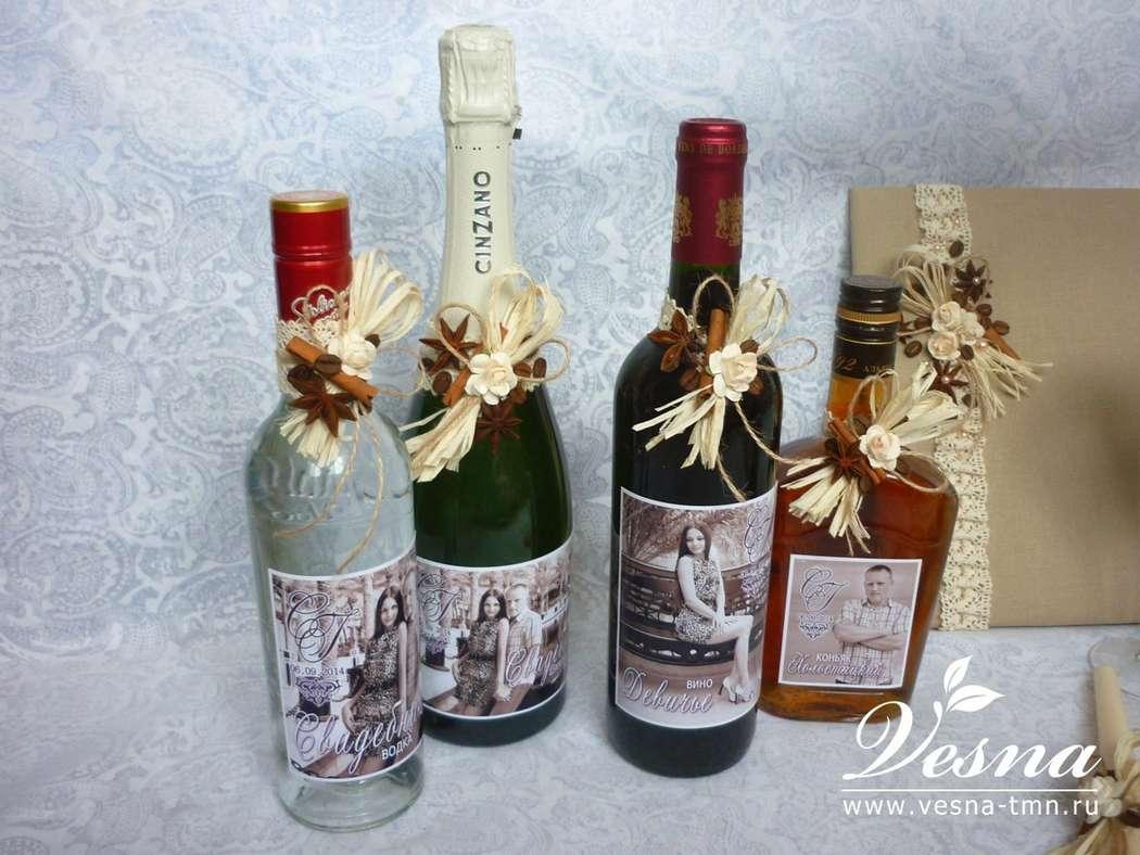 Декор бутылок «Кофе с корицей» Бутылки  оформлены этикетками с фотографией молодоженов. Декор: льняное кружево молочного  цвета, натуральная рафия,  зерна кофе, корица, бадьян,  объемные цветы из бумаги, полужемчужины, льняной шнур. - фото 10532532 Vesna-Art - аксессуары для свадьбы