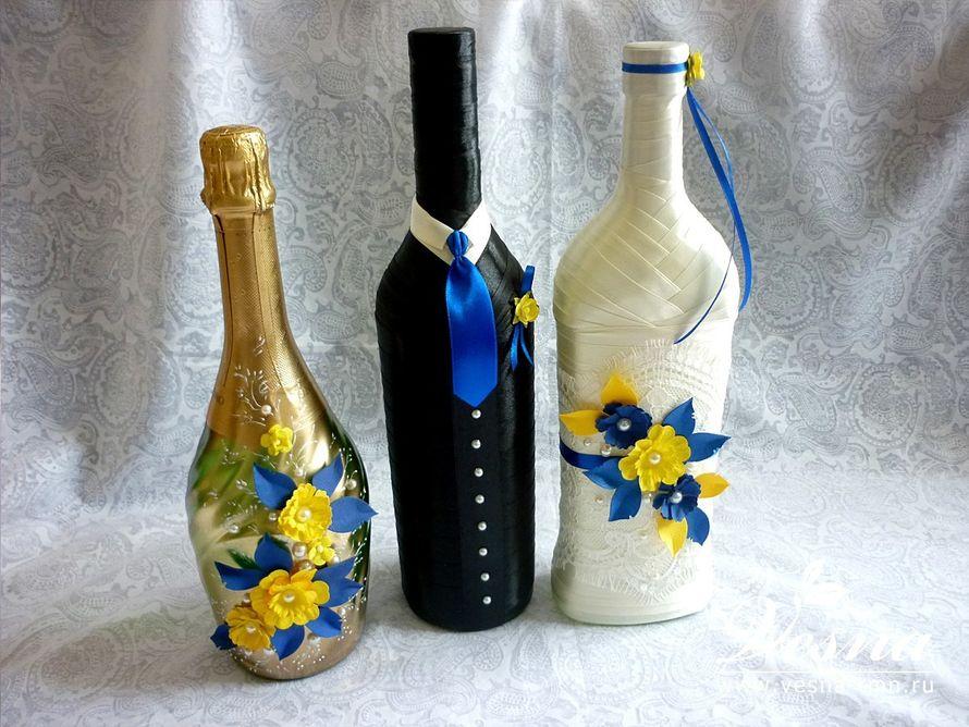 Декор бутылок «Летний сад» Бутылки Жених и Невеста обмотаны атласными лентами. Подарочная бутылка покрашена золотой краской. В декоре бутылок использовались: кружево, атласная  лента, объемные цветы и листья, полужемчужины. - фото 10532538 Vesna-Art - аксессуары для свадьбы