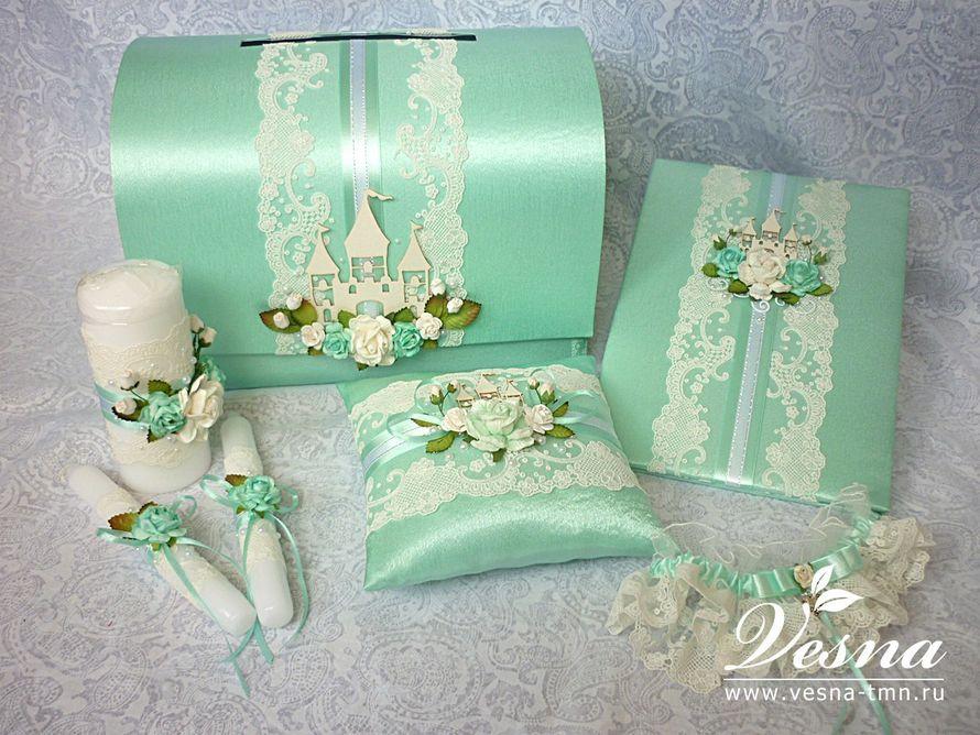 Сундучок для денег «Свадебное королевство» Свадебный сундучок  «Свадебное королевство» имеет  каркас из толстого картона, открывающуюся крышку, обтянут атласом мятного цвета.  Декор: объемное кружево, атласная лента, объемные цветы и листья, чипборд - фото 10532568 Vesna-Art - аксессуары для свадьбы