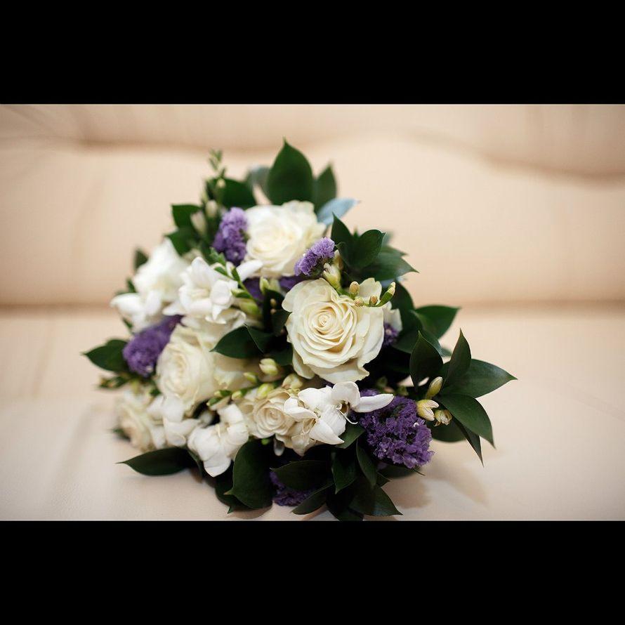 Букет невесты из белых фрезий, зелени, белых роз и сиреневых лимониумов - фото 2679359 Фотограф Дмитрий Панкратов