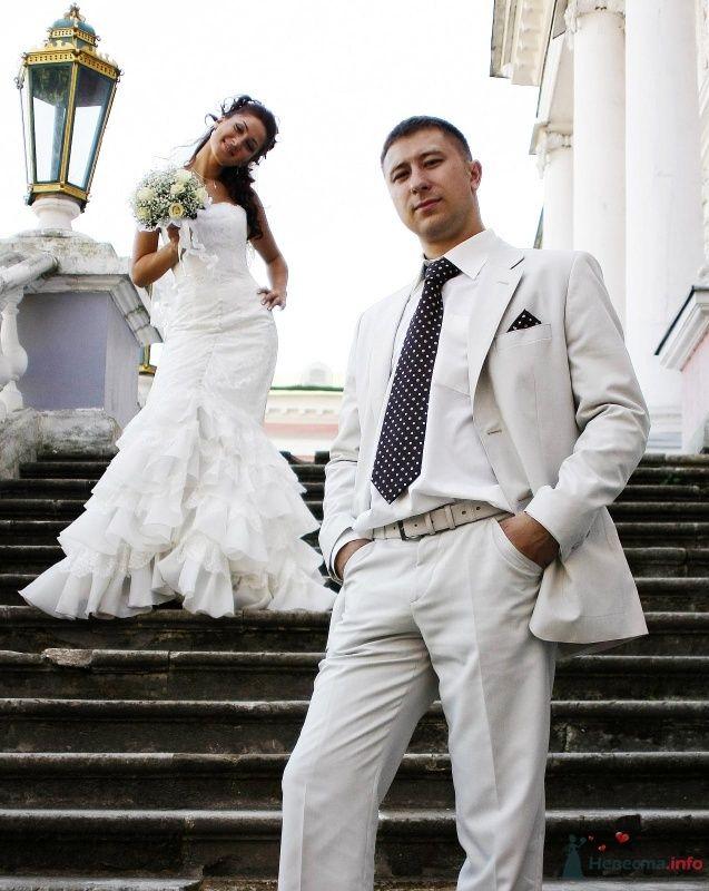 """Классический белый костюм жениха """"двойка"""" с белой рубашкой, черным галстуком в белый горошек и с черным платком в кармане - фото 44545 Олечка ~Красотка~Боргард"""
