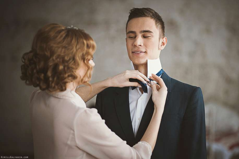 Классический черный костюм с белой рубашкой и синей галстук-бабочкой   - фото 2095216 Свадебный фотограф Кирилл Калякин