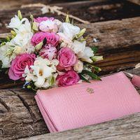 Букет невесты из роз, пионов, фрезии