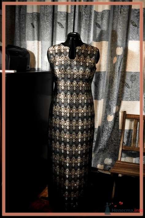 4. Платье из китайского плотного шелка. Сшито по фигуре, с разрезом сбоку. Спереди вырез ворота сделан так, чтобы в нём помещалось довольно крупное украшение. - фото 45008 Белошвейка