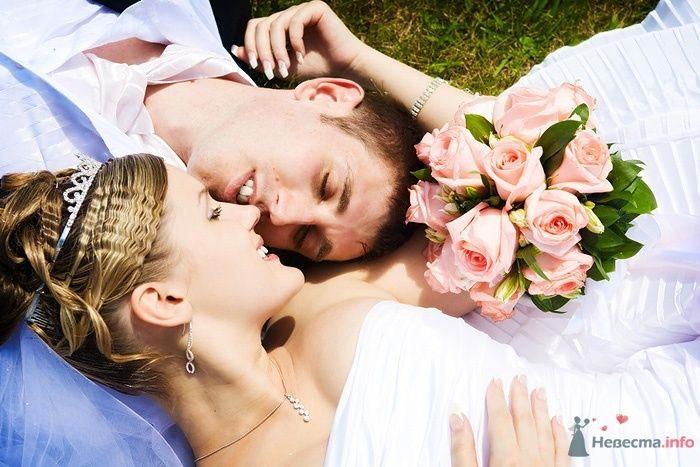 Жених и невеста лежат вместе на траве