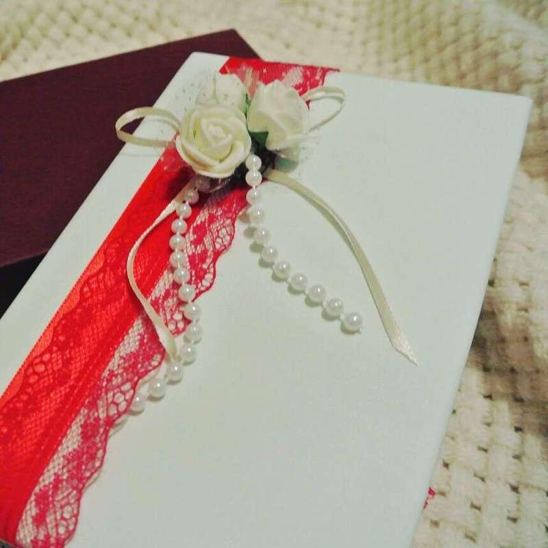 Папка для свидетельства о заключении брака от [club149319988|@bestbook67] в бело-красном сочетании Изготовлена из нежнейшей белой экокожи, декорирована тончайшим кружевом, красной атласной лентой, жемчугом, а также украшена аккуратной цветочной композицие - фото 16641082 Bestbook - мастерская аксессуаров