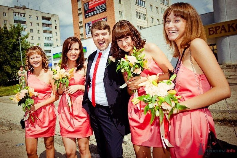 Друг в черном костюме, с бутоньеркой,  красном галстуке и подружки в - фото 61768 yanechka