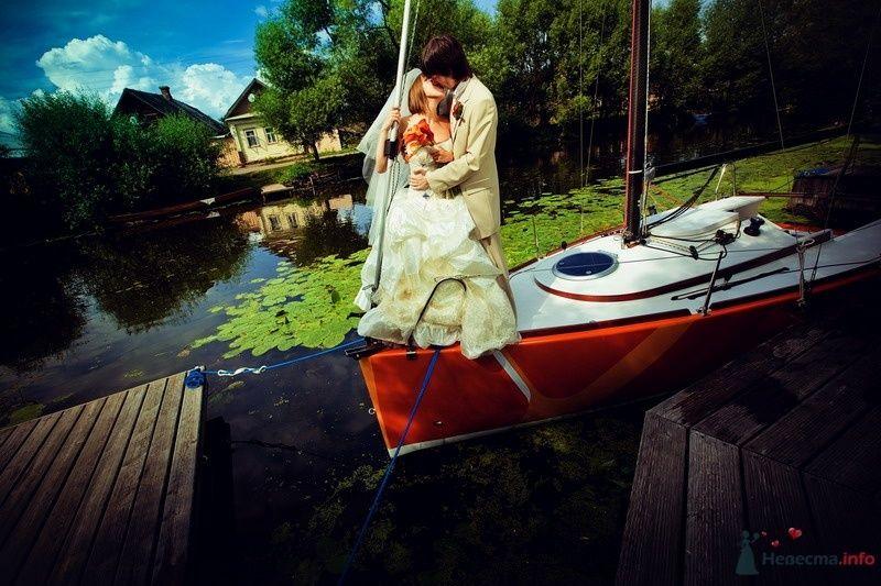 Жених и невеста, прислонившись друг к другу, стоят в лодке - фото 61917 yanechka
