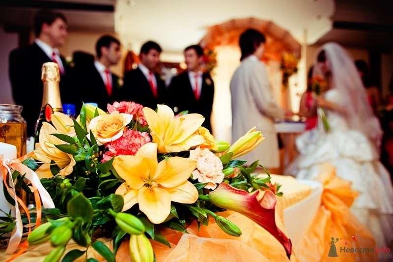 Композиция из оранжевых лилий, красных и кремовых гвоздик, кремовых роз и калл. - фото 62498 yanechka
