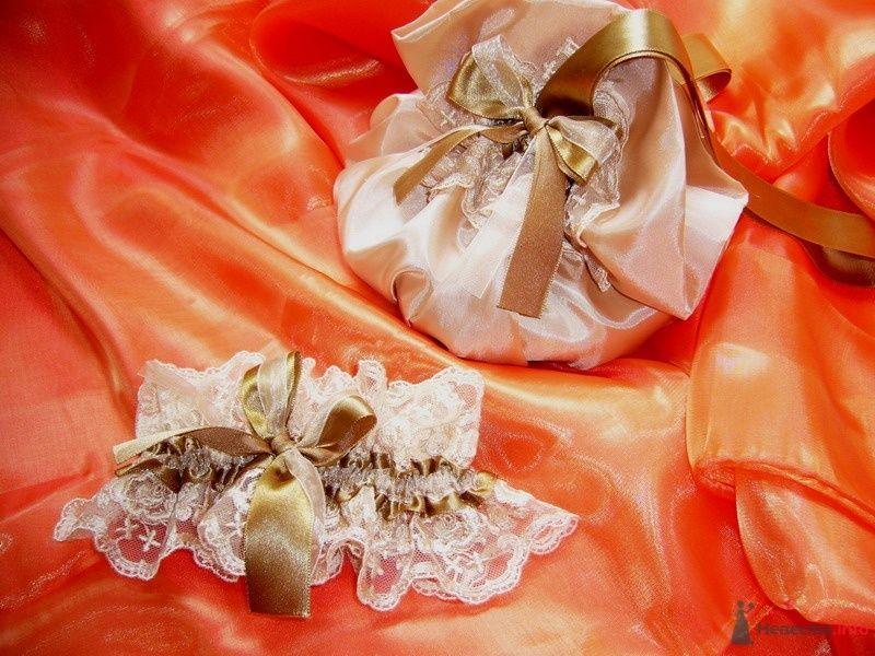 Бежевый свадебный ридикюль из кристалона декорирован белым кружевом и золотисто-оливковой атласной лентой и белая кружевная - фото 63384 yanechka