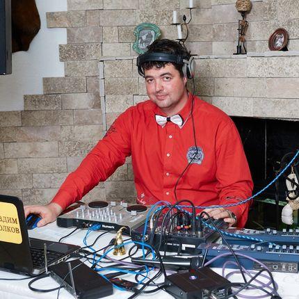 DJ со звуковым и световым оборудованием