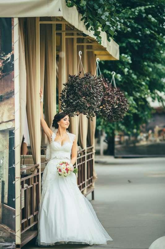 Невеста в классическом кружевном платье А-силуэта со шлейфом, на бретелях и с поясом из бисера на талии - фото 2762697 Vitaly Nikolenko - фотограф