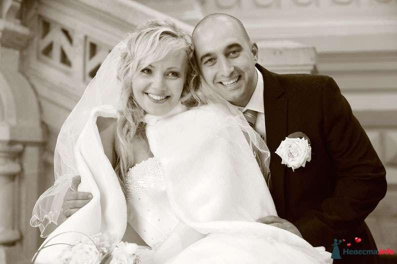 Жених и невеста стоят, прислонившись друг к другу, в помещении возле серой стены - фото 91623 Фотографы Тили и Гев