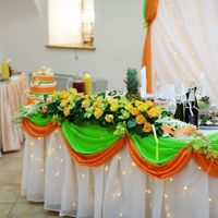 Драпировка тканью стола жениха и невесты, цветочная композиция из роз и орхидей