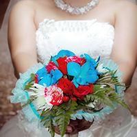 Красно-голубой букет невесты из астр, орхидей и роз